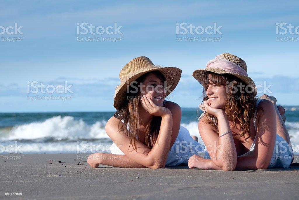 Chicas en la playa foto de stock libre de derechos