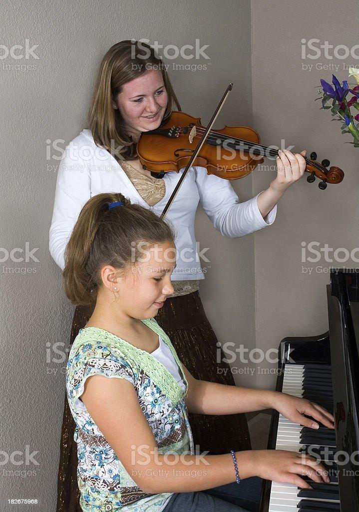 Ragazza suona il pianoforte, violino foto stock royalty-free