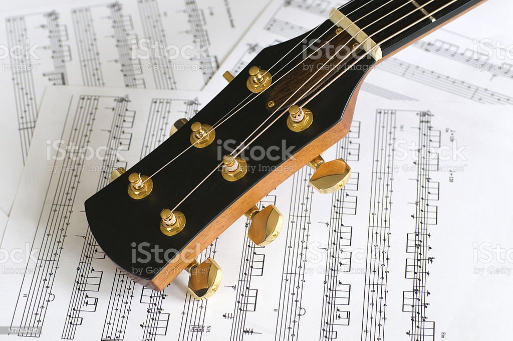 Gitarrenkopf mit Notenblatt stock photo