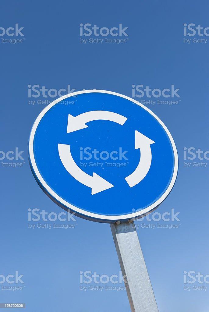 Ceder en la señal de rotonda (con trazado de recorte - foto de stock