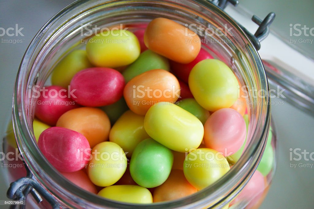 Glas, gefüllt mit bunten Kaubonbons stock photo