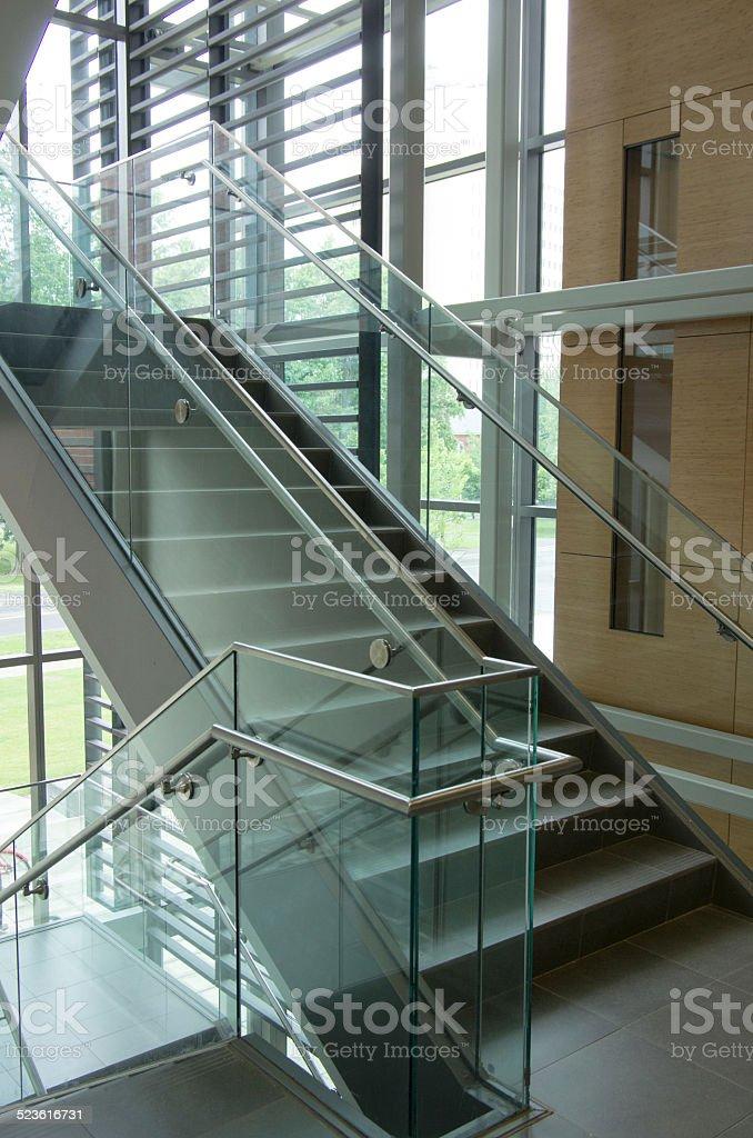vidrio y acero inoxidable escalera de granito con barras de apoyo foto de stock libre