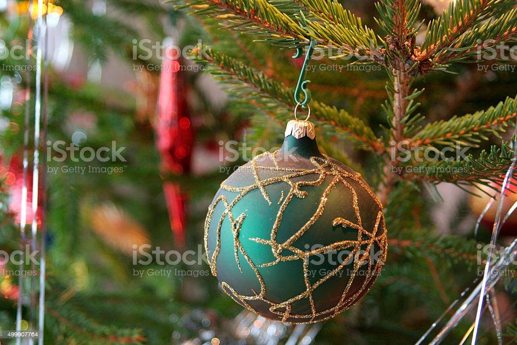 Bola de Natal com enfeites de árvore de Natal foto royalty-free