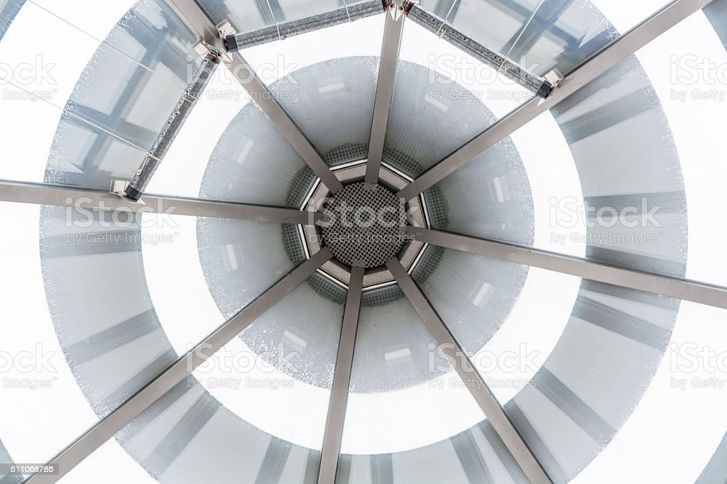 Glaskuppel, Glasdach einer Eingangshalle.        Glass dome glas stock photo