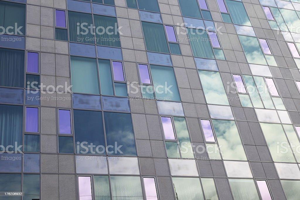 ガラス張りのモダンな建物の正面 ロイヤリティフリーストックフォト