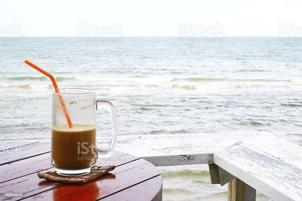 Стекло кофе на пляже курорта для отдыха Стоковые фото Стоковая фотография