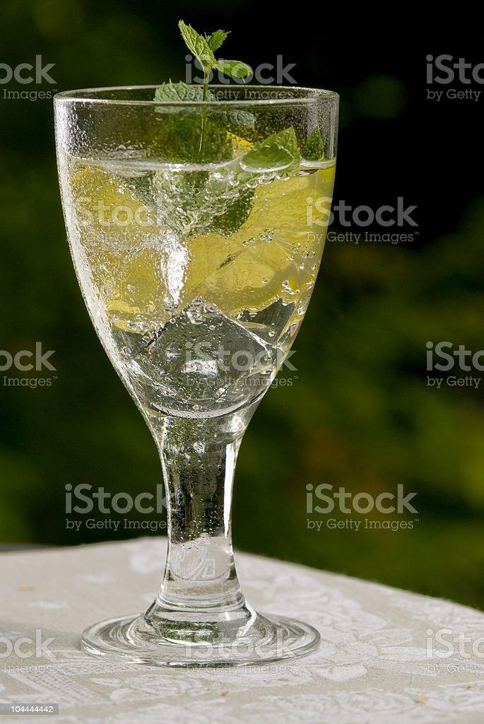 Bicchiere di acqua fresca foto stock royalty-free