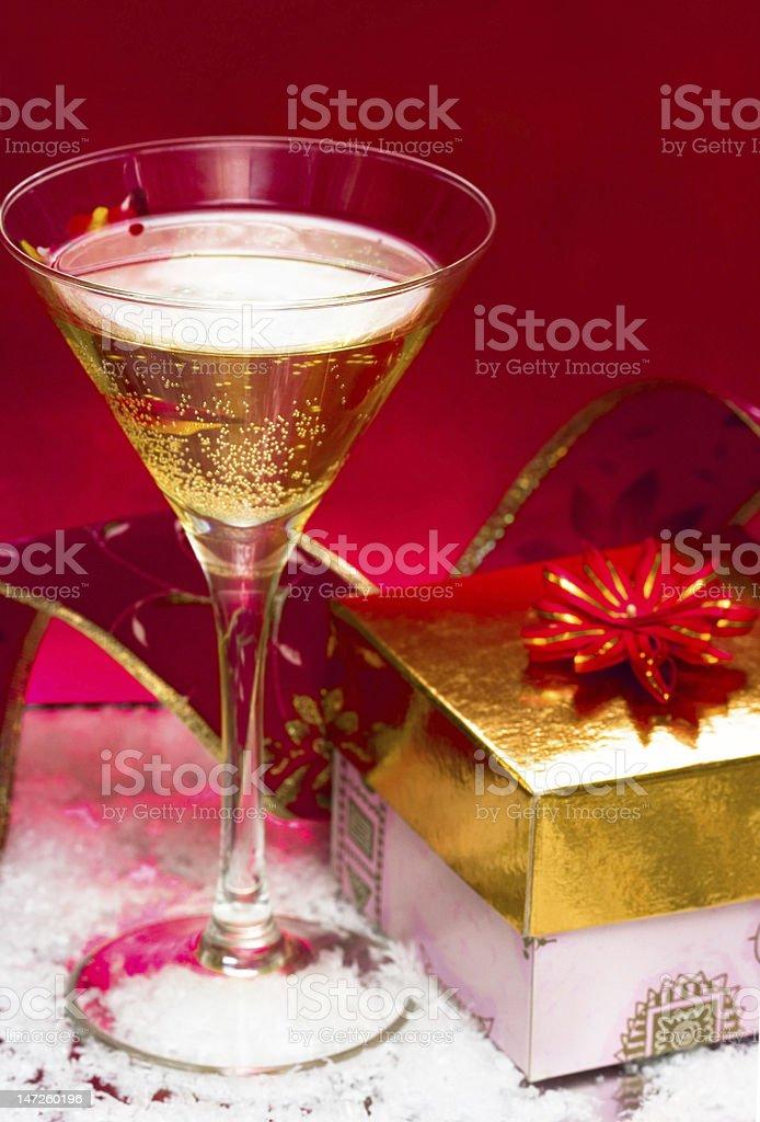 Vidro com champanhe e uma caixa de oferta foto de stock royalty-free