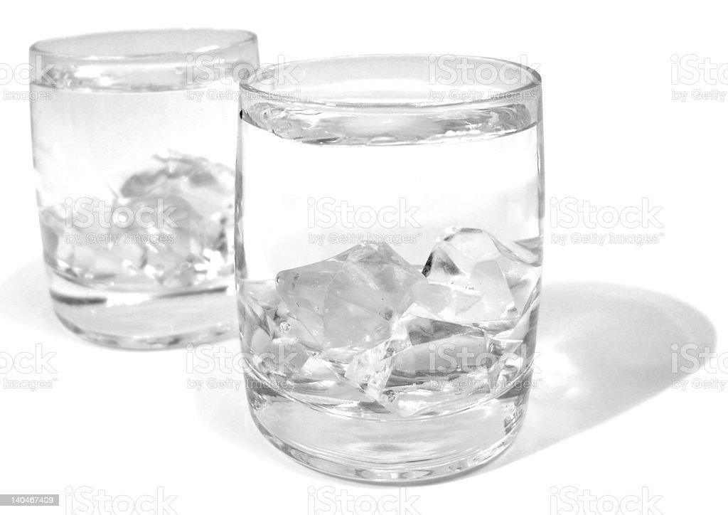 Copo com água e gelo em branco foto de stock royalty-free