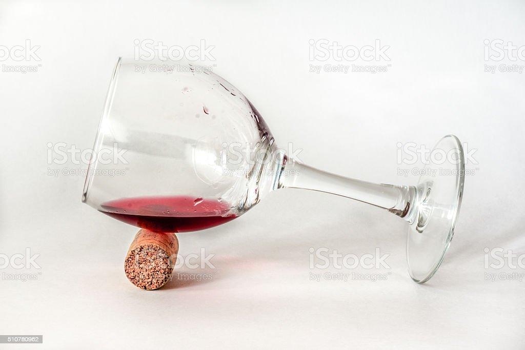 Jovem vidro com vinho e de cortiça foto de stock royalty-free