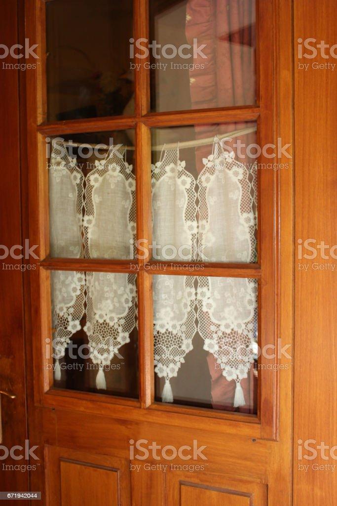 Porte d'entrée en bois vitré - rideaux stock photo