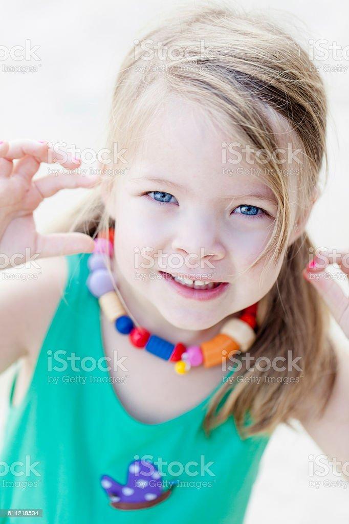 Glückliches Mädchen am Strand stock photo