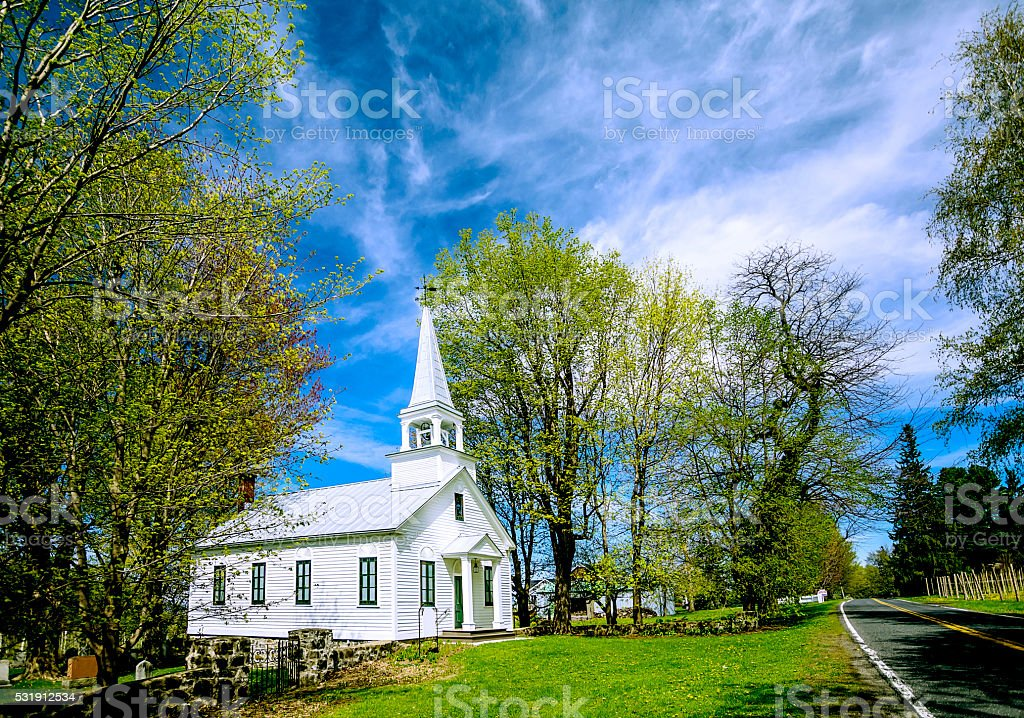 Église au bord du chemin stock photo