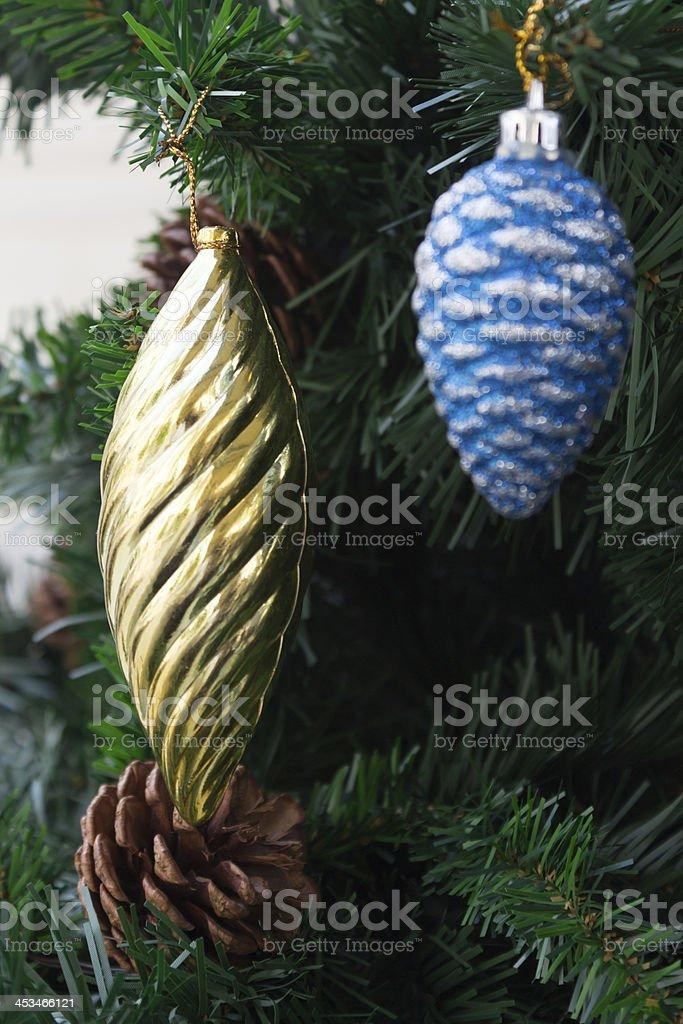 Gloden и синий Рождественские украшения, сосновые конусов пластмассы орнаментом Стоковые фото Стоковая фотография