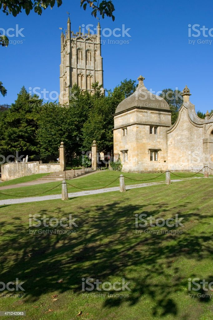 UK, Gloucestershire, Cotswolds, Chipping Campden church and gatehouse stock photo