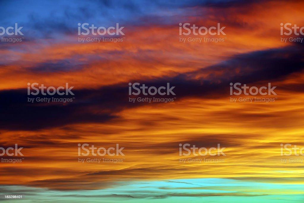 Dieu de peinture de couleur intense nuages et le ciel au coucher du soleil photo libre de droits