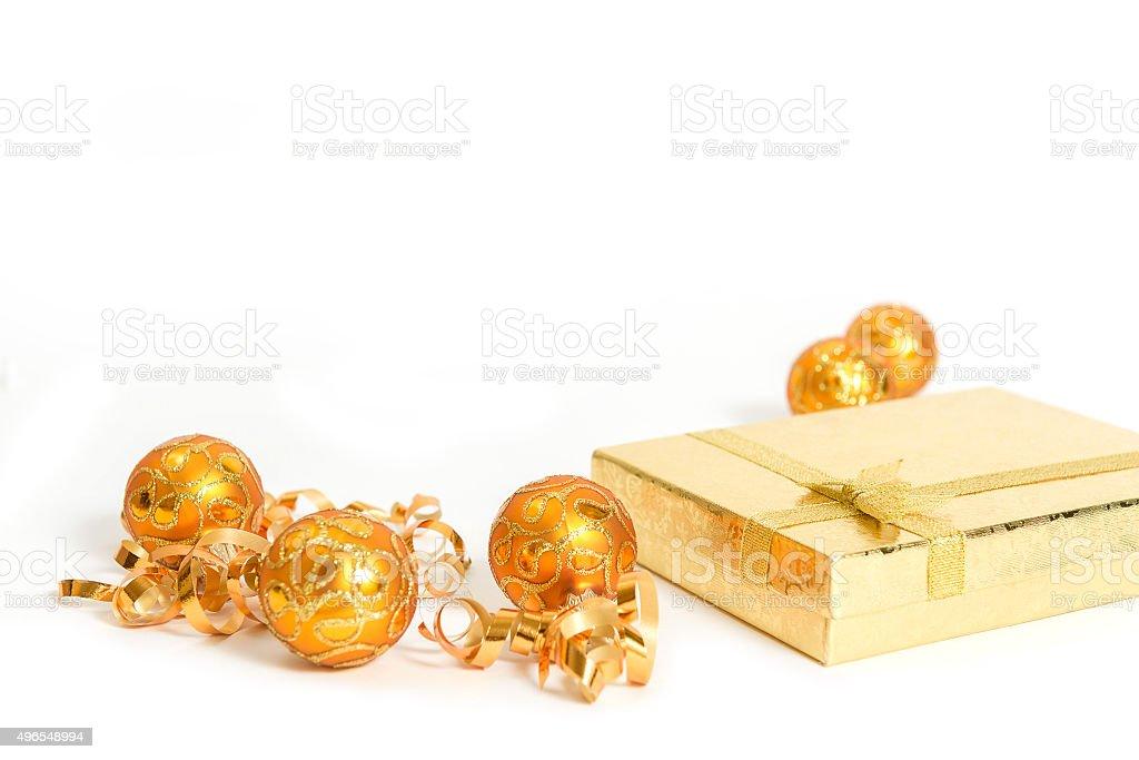 Caixa de presente ouro de bolas de natal de cor-de-laranja foto de stock royalty-free