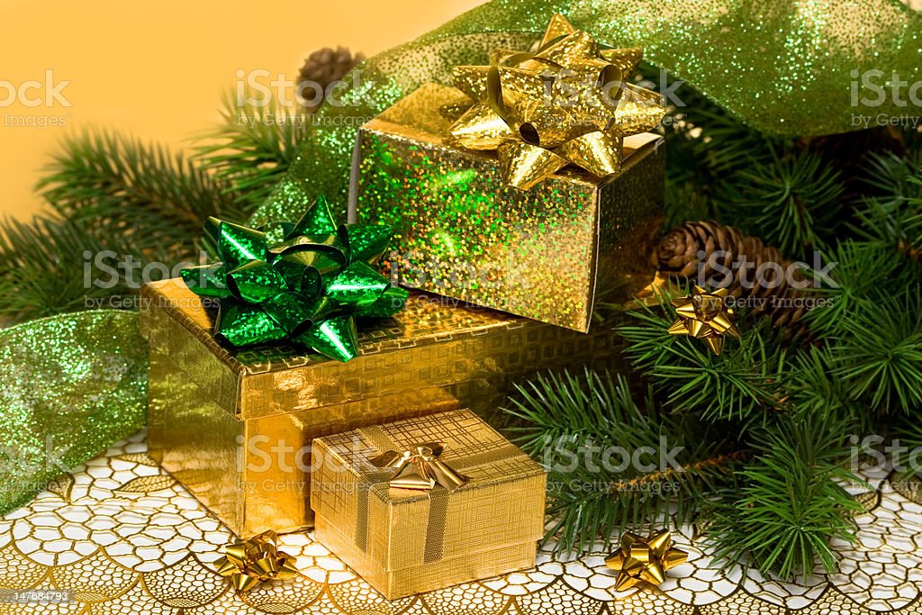 Caixas de ouro presente com Árvore de Natal foto de stock royalty-free