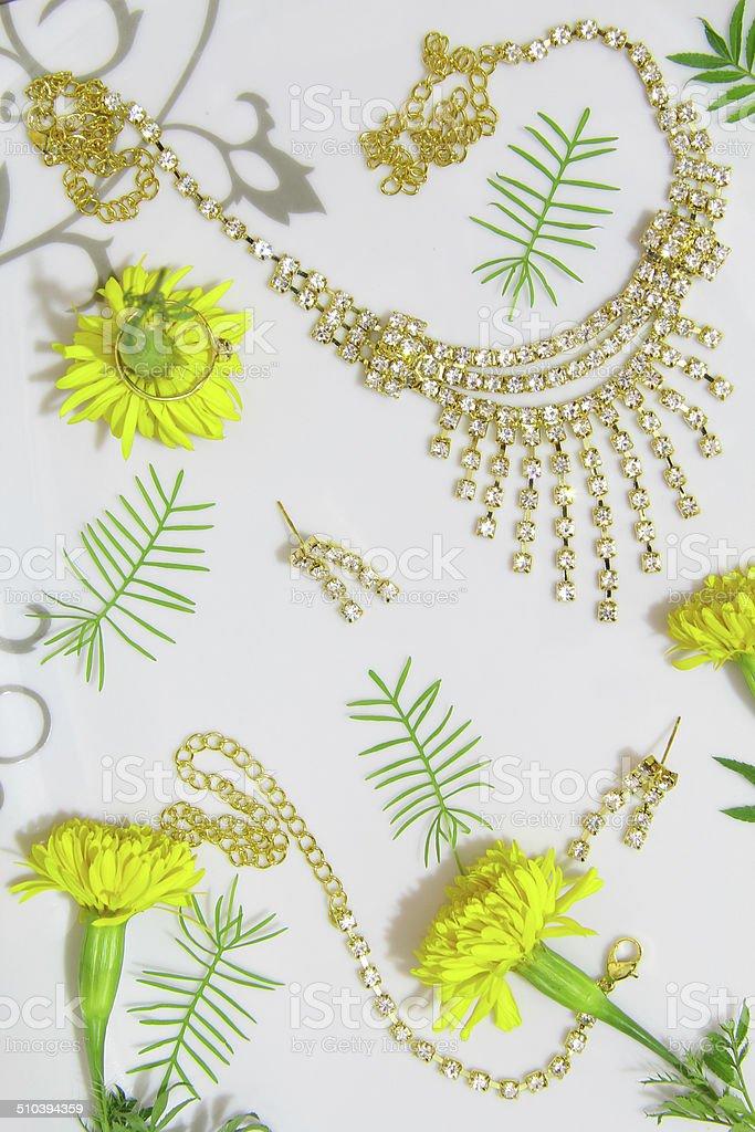 Gold Jewellerys avec souci de fleurs photo libre de droits