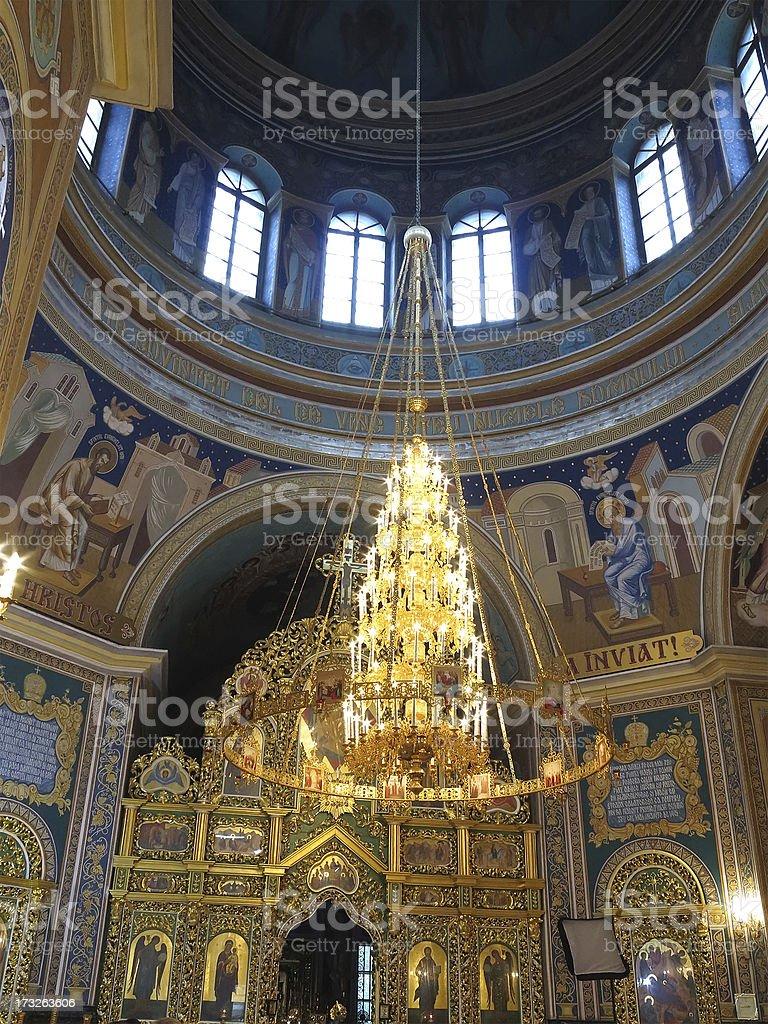 ornated de ouro luxuoso no interior da Igreja luster foto de stock royalty-free