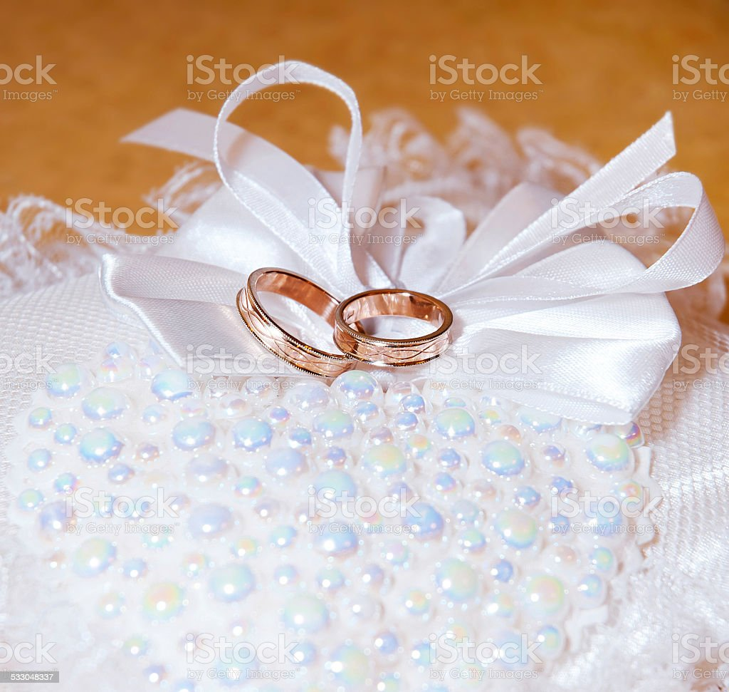 Gold Anneaux de mariage sur le pincushion. Flouté photo libre de droits