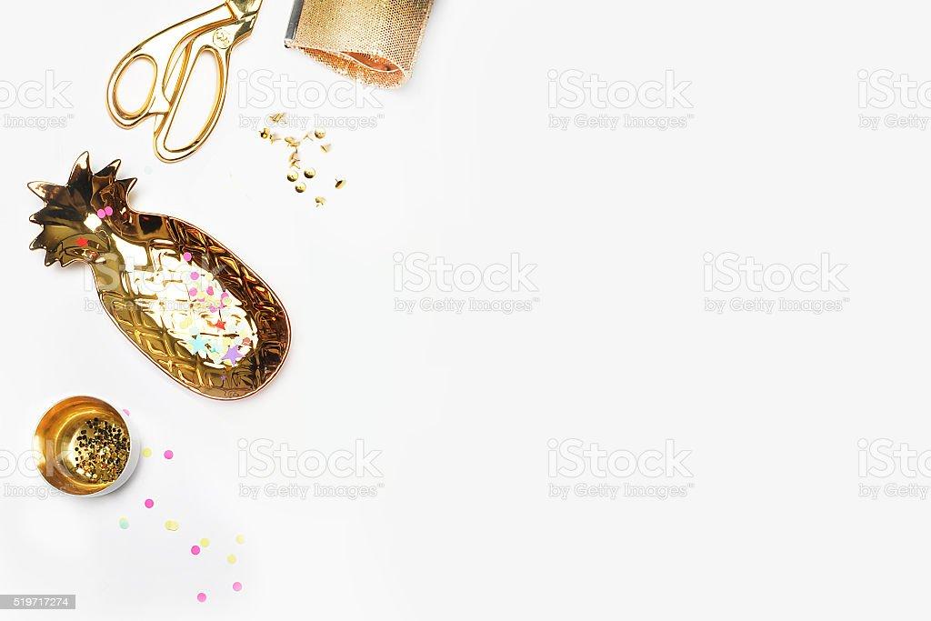 Ouro mulher itens na mesa. Feminino cena, glamour estilo. foto royalty-free