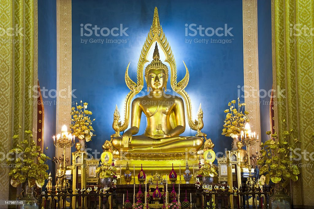 Złoty posąg Buddy w Wat Benchamabophit, Bangkok, Tajlandia zbiór zdjęć royalty-free