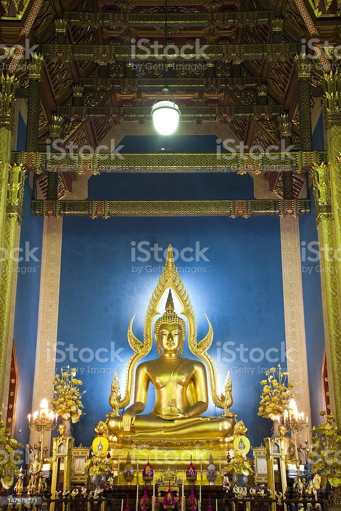 Złoty posąg Buddy w Wat Benchamabophit, Tajlandia zbiór zdjęć royalty-free