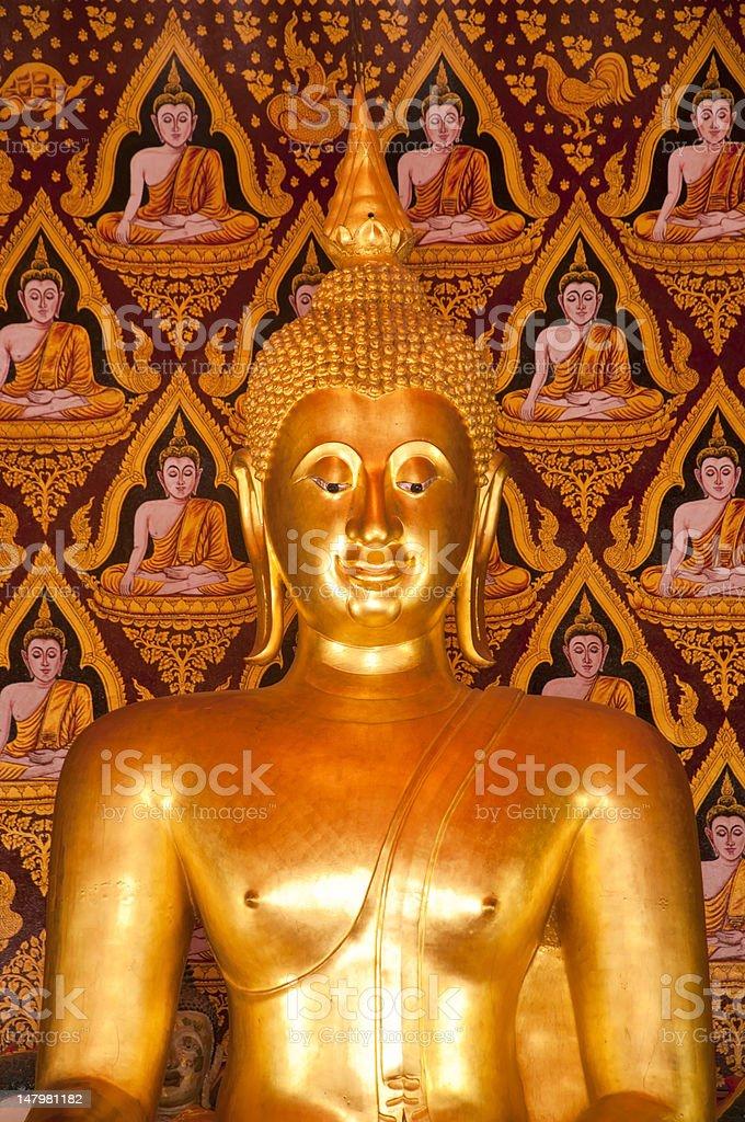 Złoty posąg Buddy wewnątrz temple zbiór zdjęć royalty-free