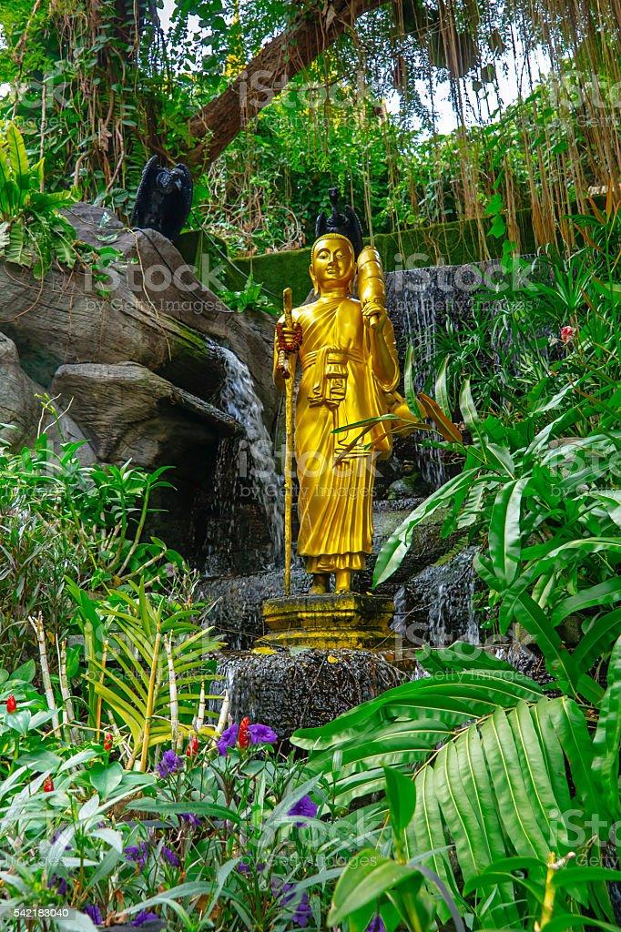 Golden Buddha statue. Marble temple gardens. Bangkok, Thailand foto royalty-free