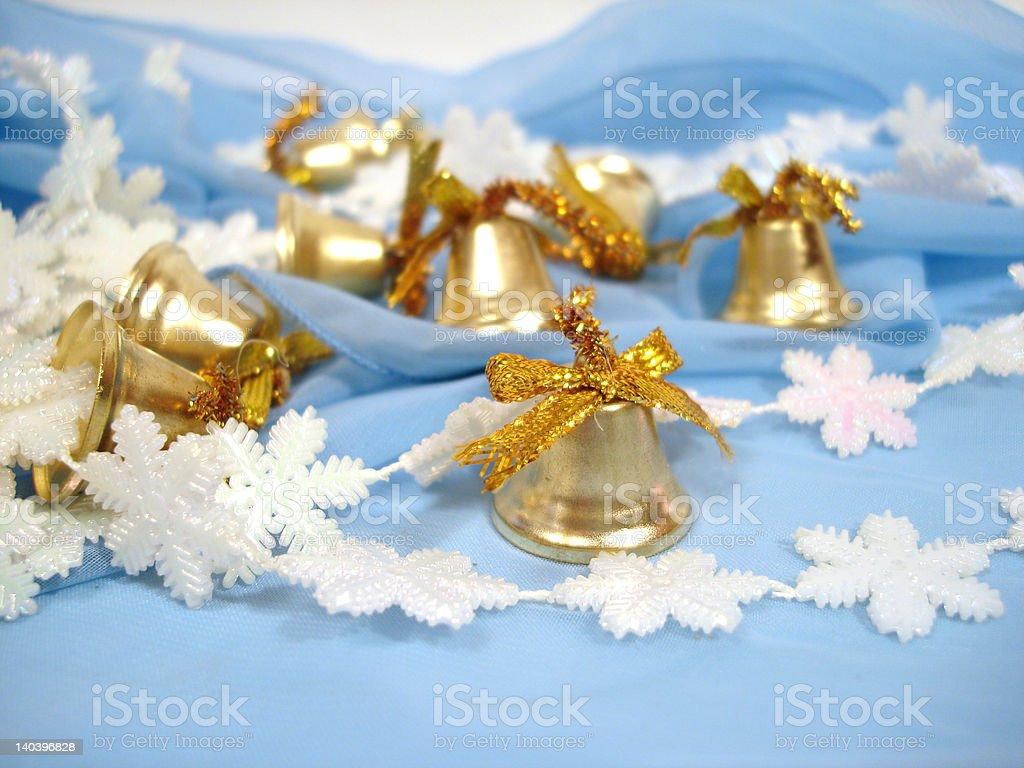 handbells de Natal de ouro sobre fundo azul foto de stock royalty-free