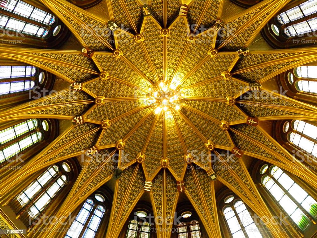 golden dome en el edificio del parlamento húngaro foto de stock libre de derechos