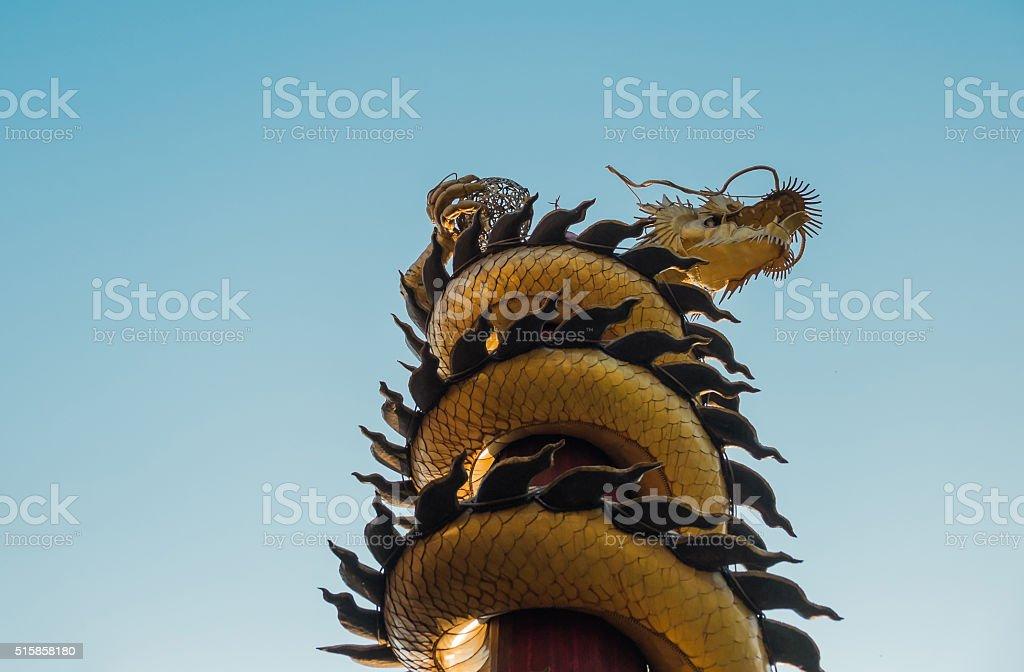 Golden Dragon ist ein Symbol des Wohlstands. Öffentlichen Lage Lizenzfreies stock-foto
