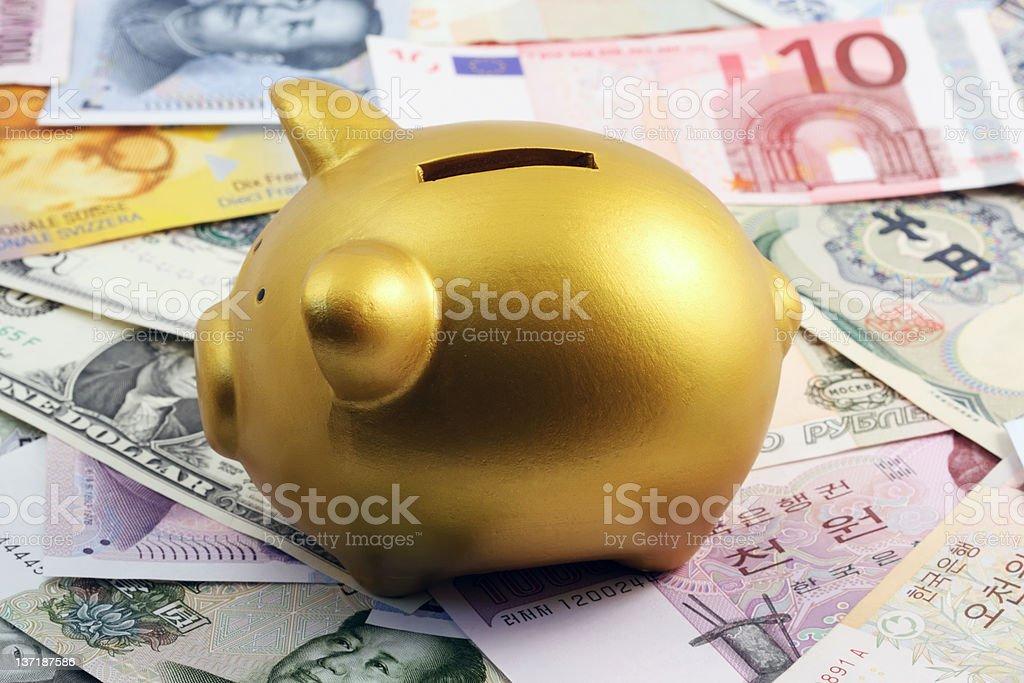 Golden Sparschwein und Währung Lizenzfreies stock-foto