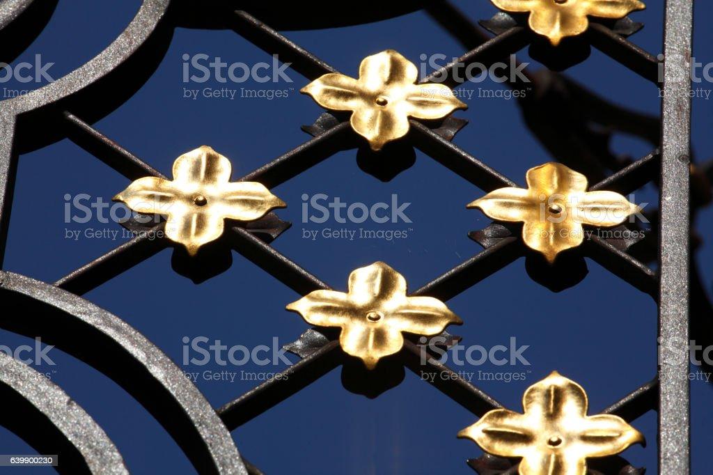 goldene Lilien aus Metall stock photo