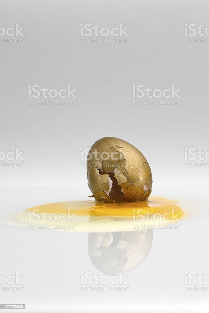 goldenes Osterei, kaputt stock photo