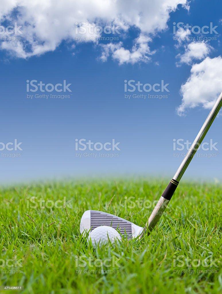 Pallina da golf con erba alta e ferro foto stock royalty-free