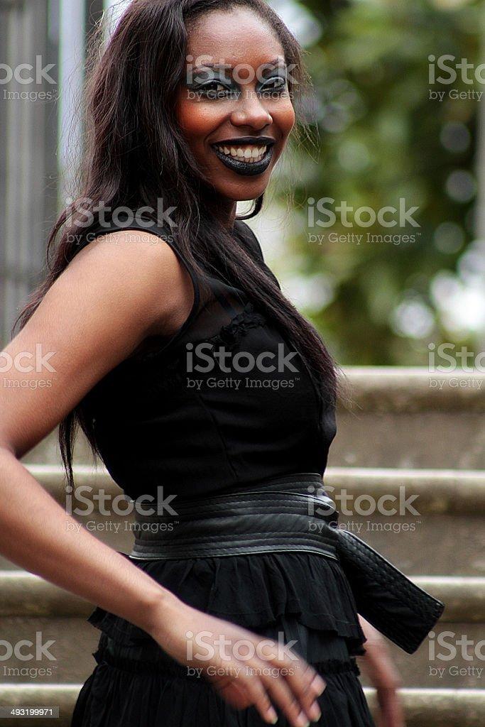 Gotica in nero abito sorridente bellezza foto stock royalty-free