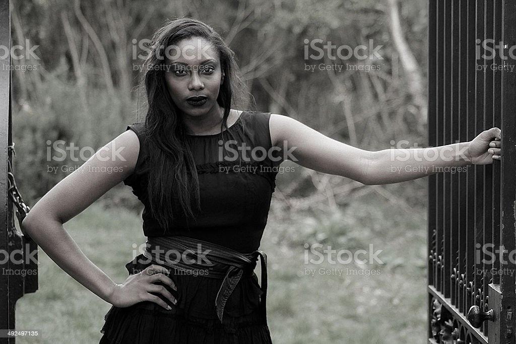 Donna gotica in nero con porta foto stock royalty-free