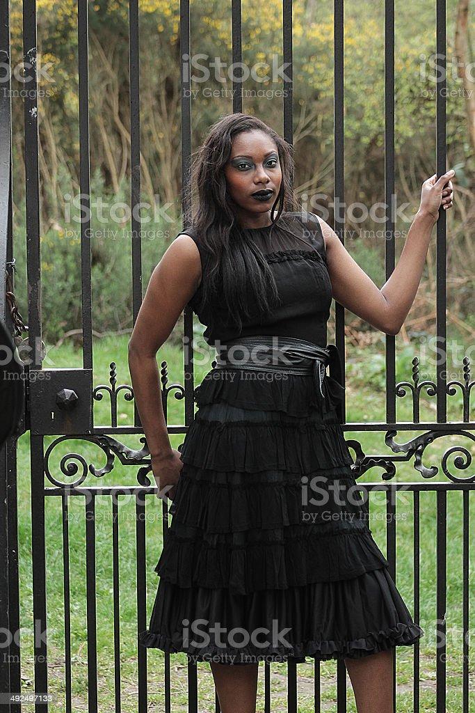 Donna gotica in nero di fronte alla porta d'imbarco foto stock royalty-free
