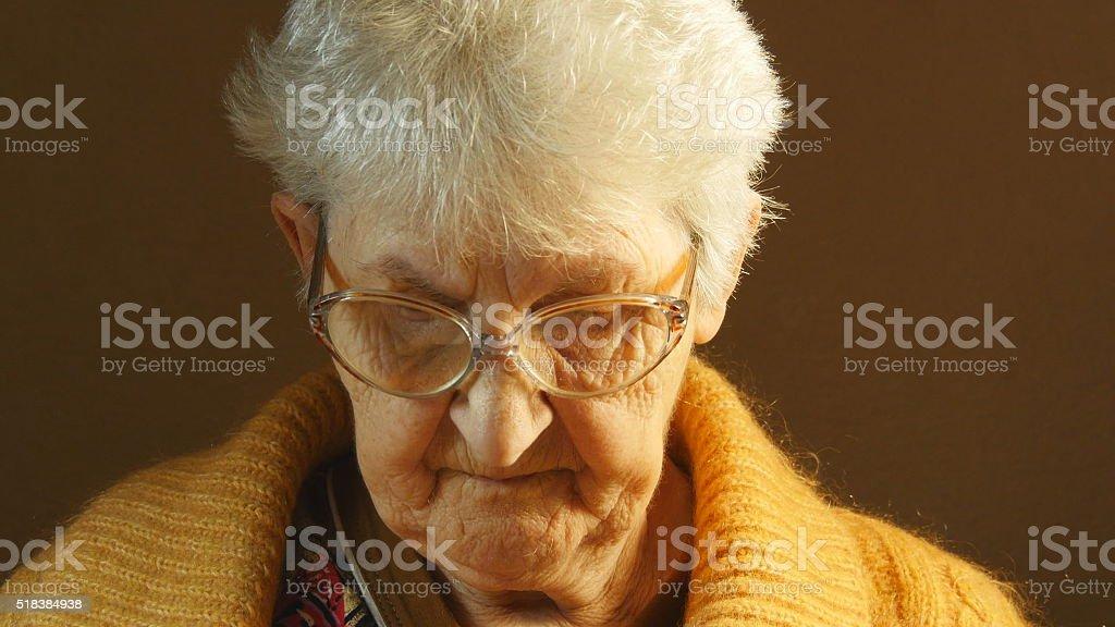 Abuela leyendo un libro. foto de stock libre de derechos