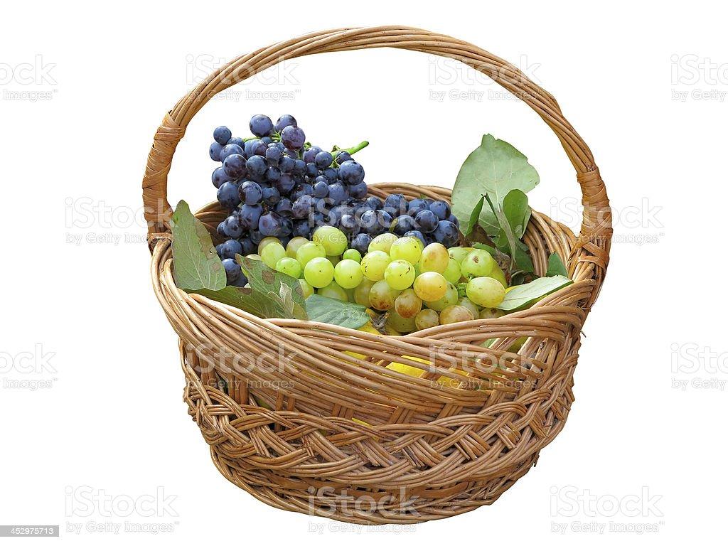 Uvas na Cesta de Vime isolado no branco foto de stock royalty-free