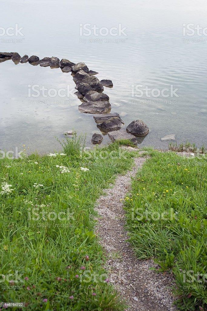 Herbe chemin de pierres de l'eau photo libre de droits