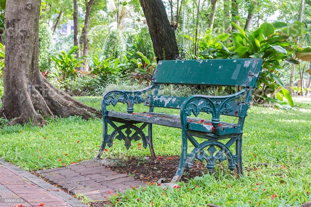 Grau Holz Tisch im park inmitten von Bäumen mit Lizenzfreies stock-foto