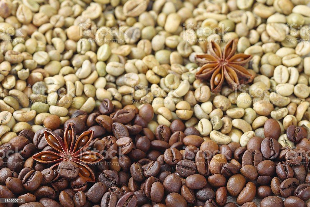 グリーンとブラウンのコーヒー豆とアニスの星 ロイヤリティフリーストックフォト