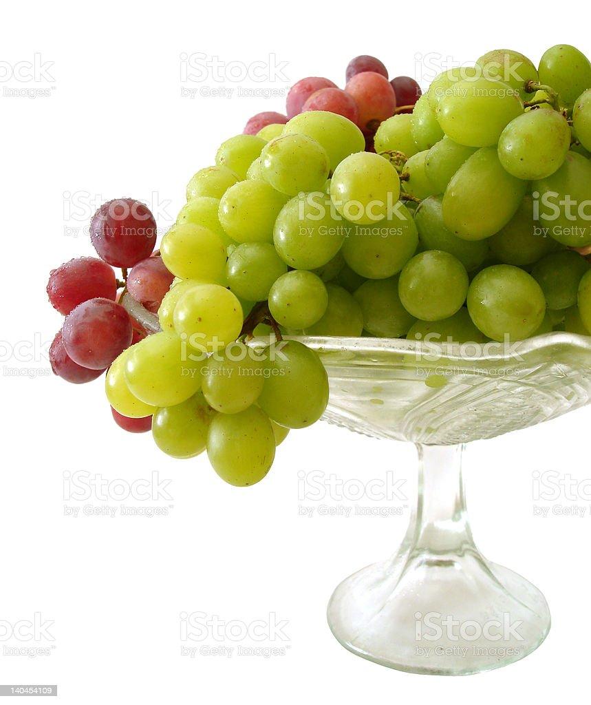 Uvas verde e vermelho isolado na bandeja foto de stock royalty-free