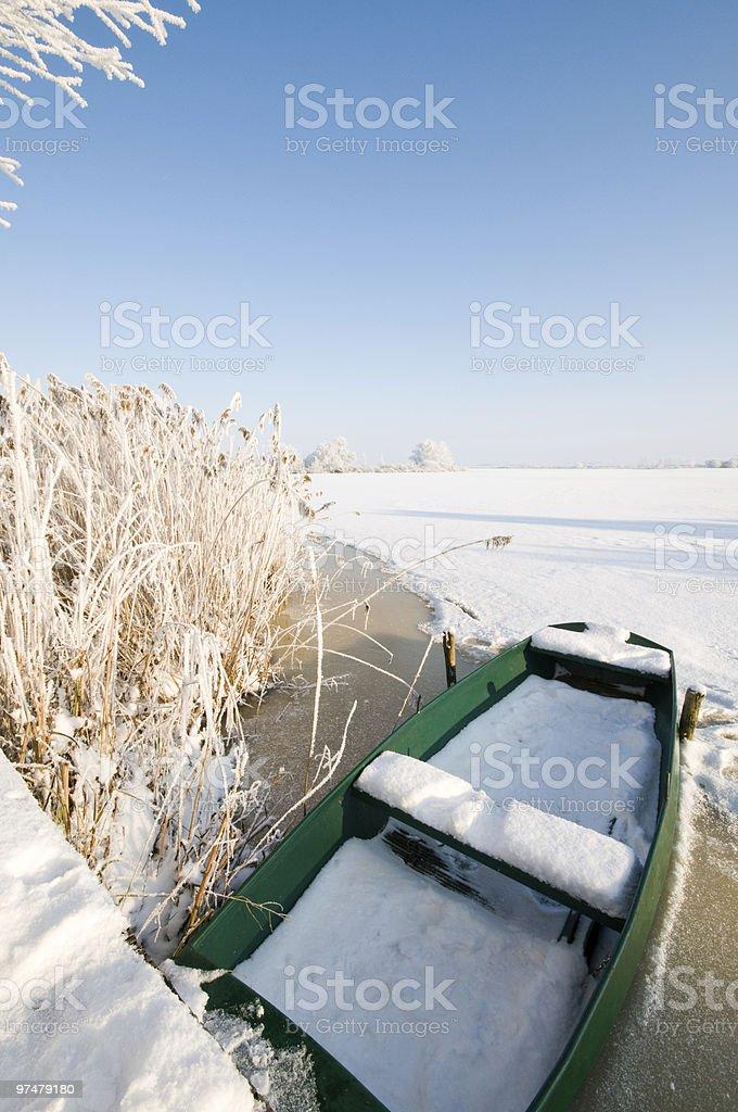 Bateau vertes sur glace en hiver paysage photo libre de droits