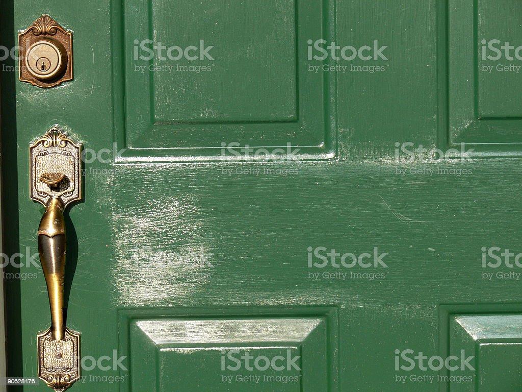 Green porta com alça de bronze e trava foto royalty-free