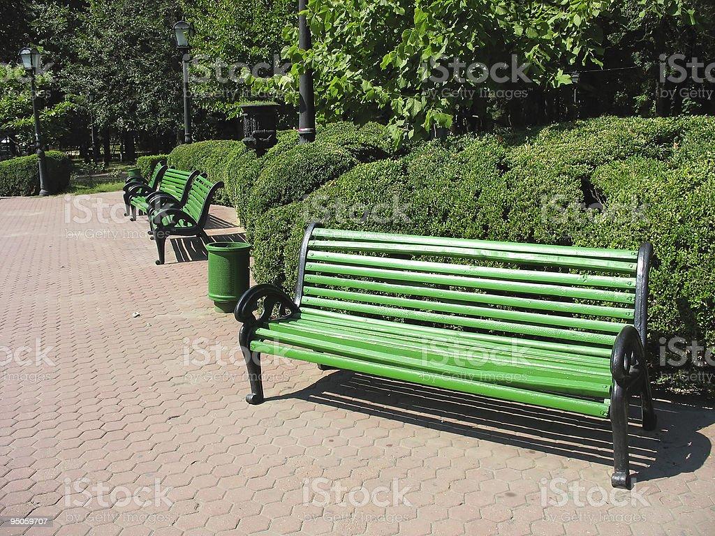 Verde vazia banco no parque foto de stock royalty-free