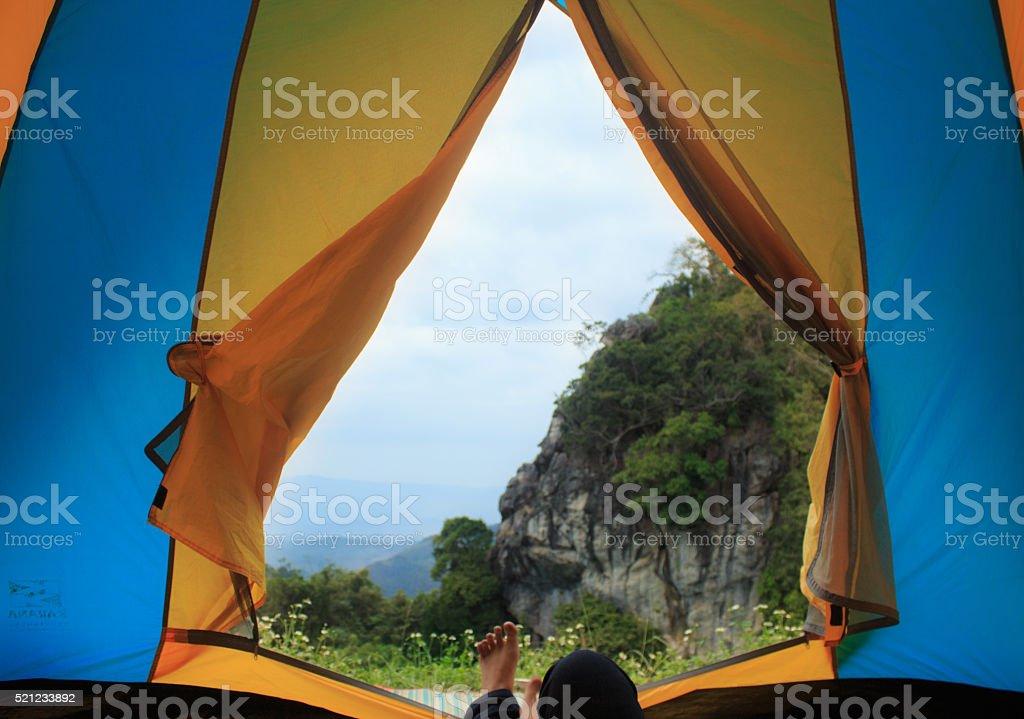 Зеленые холмы вид из в палатку и ноги Турист с рюкзаком Стоковые фото Стоковая фотография